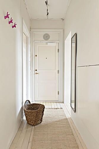 VELORGANISERT: Den helhvite gangen ligger midt i leiligheten. Kjøkken til venstre, bad rett frem og to stuer til høyre.