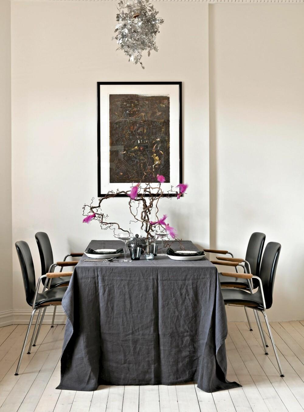 DUKET FOR HYGGE: Det gamle spisebordet er dekket med Iittala-servise. Femtitallsstolene er eierens container-funn. Bilde av Svein Mamen. Nylakkete, hvitpigmenterte gulv.