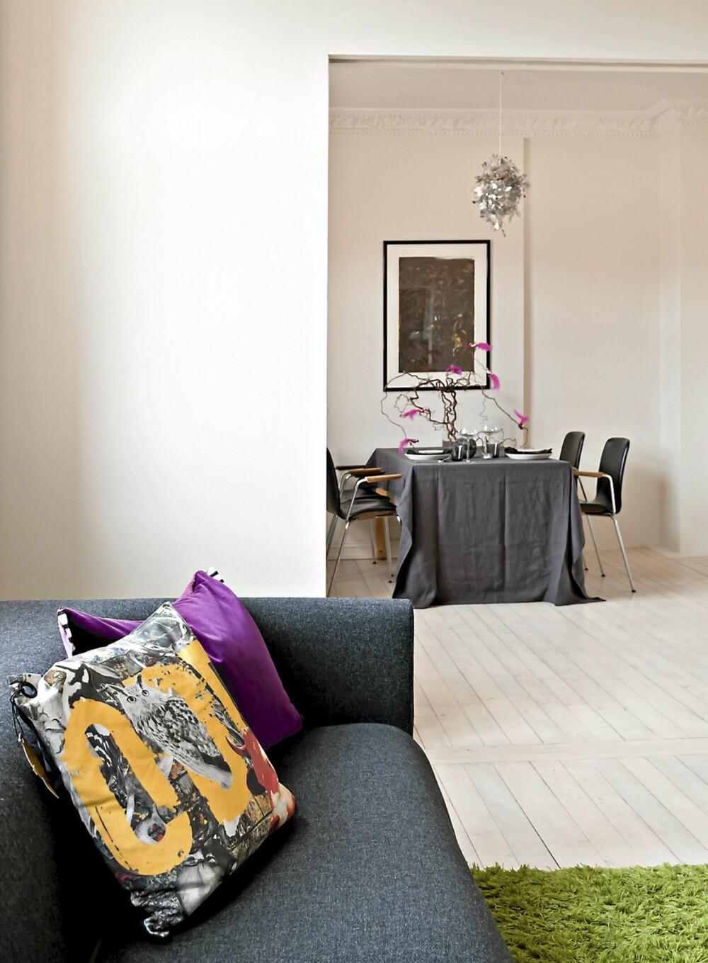 """NY LØSNING: Ved å forstørre åpningen mellom stuen fikk eieren to luftige rom. Det ble satt inn skyvedører på begge sider av åpningen og hjørnekantene er knivskarpe, slik arkitektene liker å lage dem. """"Tipo"""" sofa."""