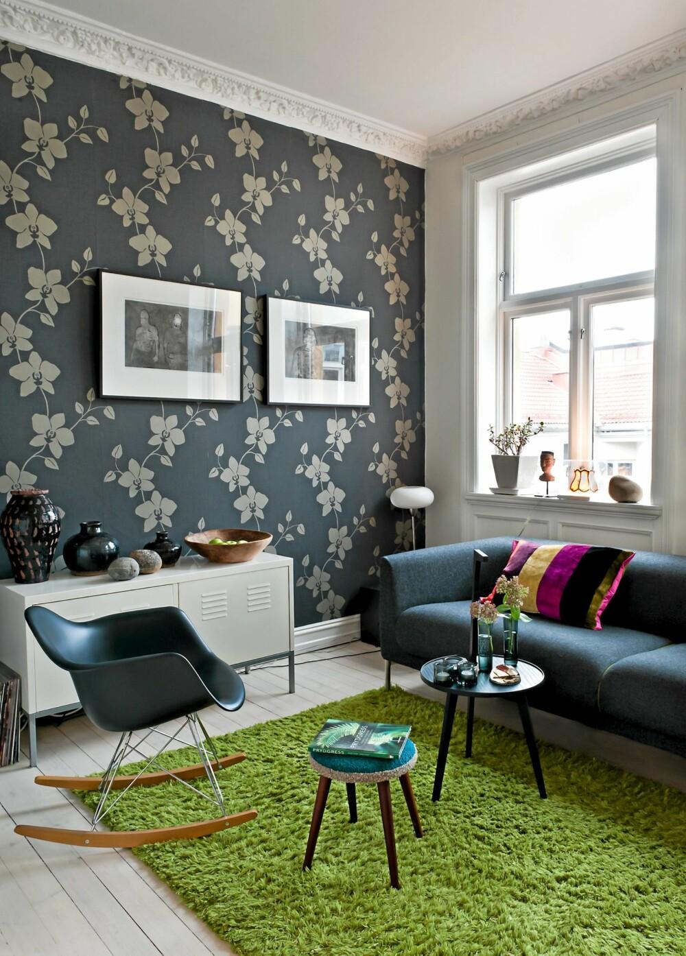 """FRODIG: Teppe og sofa designet av Norway Says, tapet """"Lagoon"""" kjøpt hos Maxbo. Gyngestol signert Charles Eames, kjøpt hos R.O.O.M."""