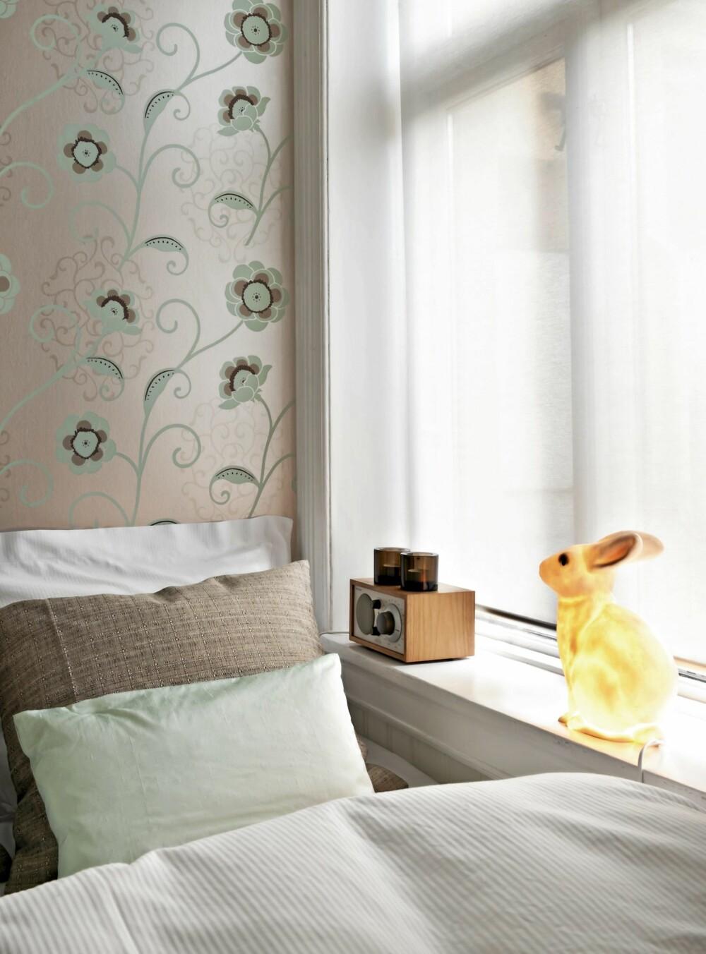 """SOV SØTT: Tapetet """"Lakemount"""" fra Osborne&Little er kjøpt hos Eske. Det har en metallisk overflate som endrer farge med lyset. Sengeteppe fra Anouska. Spretten kanin fra Bolina."""