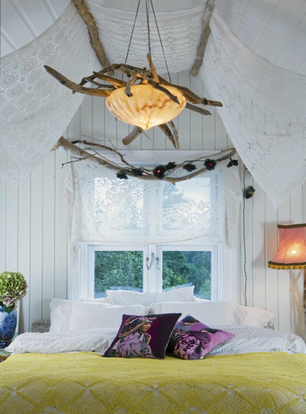 STOFFER OG DRIVVED: Fra soverommet er det utsikt til et tjern og Oslofjorden. Om natten kan man se opp på stjernehimmelen. Rundt sengen er det pyntet opp med vakre stoffer og drivved.