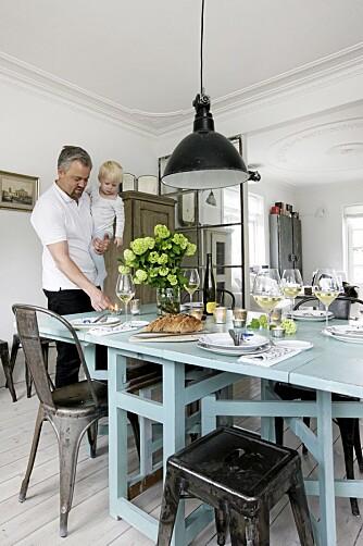 TURKIS FARGEKLATT: Det gamle bordet har fått to strøk med turkis maling, og Tolix stoler og en gammel Tolix krakk gir en røff kontrast. Fargen på bordet er 4183 fra Flügger.