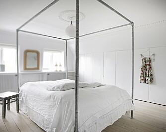 SENG AV VANNRØR: På soverommet har Inge og Jimmi bygd en stor himmelseng av vannrør. Sengetøyet fra Røde Lade og loppemarkedet i Nice er håndvevd.