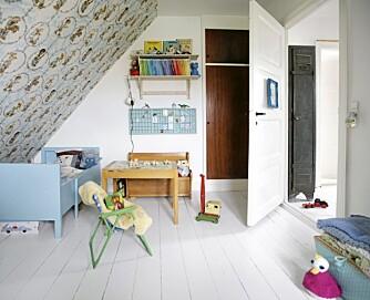 TAPETSERTE SKRÅTAKET: Barnerommet er hyggelig, og rommer som resten av huset ting fra svunne tider. Tapetet er fra den hollandske nettbutikken designfordelight.nl, og det lille trebordet er fra et loppemarked.