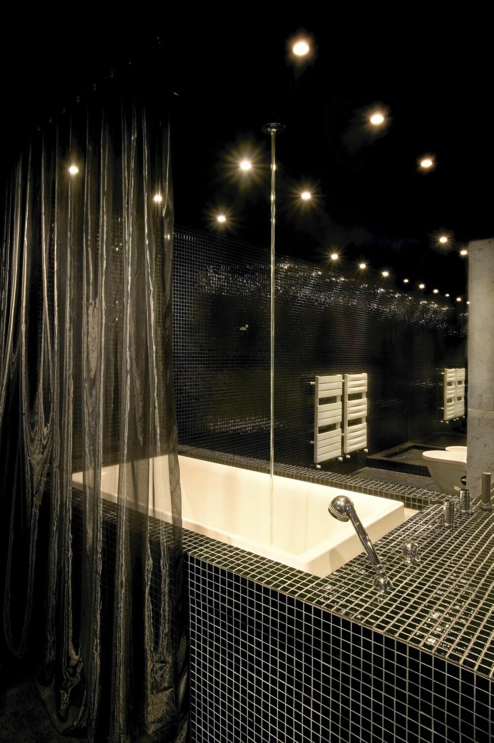 SVARTE FLISER: Det meste på badet går i svart.