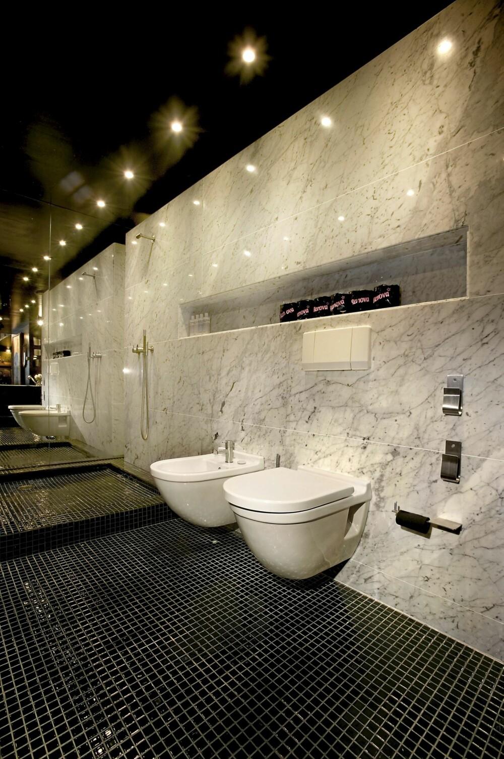 LUKSUS: En marmorvegg på badet gir en følelse av luksus.