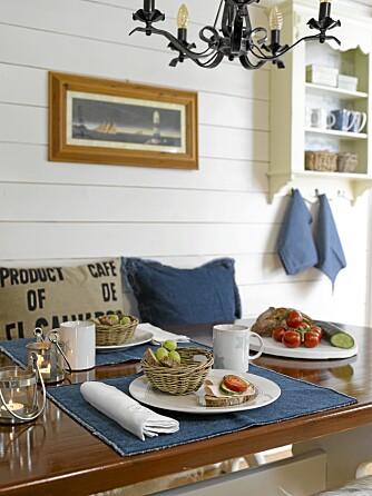 LYST OG DELIKAT: Det nye kjøkkenet er lyst og innbydende med maritime innslag av blått og brunt. Brikker, servise, puter, brett og lykter fra Home & Cottage, blå håndklær fra Bohus.