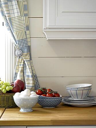 MARITIME FARGER: Tekstiler og tilbehør i blått er en fin fargeklatt på det lyse kjøkkenet. Servise fra Bohus.