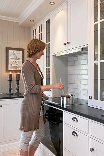 Gode skuffer. - Jeg elsker kjøkken med mange, store og gode skuffer. Dette passet utmerket i tømmerhuset fra 1928. Her brukte snekker McLeod skuffer m.m. fra Ikea. Håndtak fra R.Bergersen.