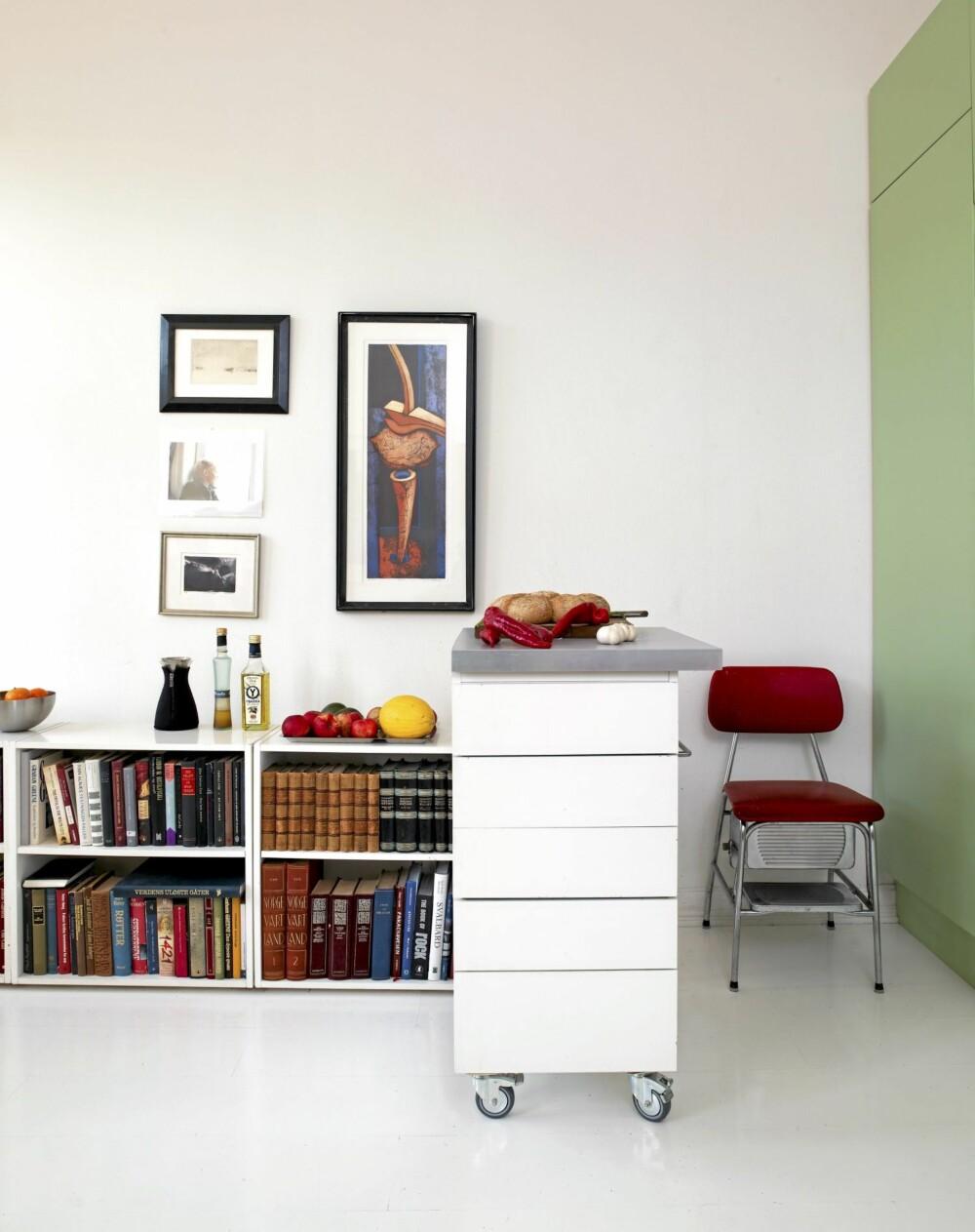 FLYTENDE GRENSER: Grensen mellom kjøkkensone og stuesone er flytende: Bokhylla er et stuemøbel, men brukes også som avlastningsbord for kjøkkenvarer. Kjøkkenøya rulles inntil veggen når den ikke er i bruk og frigjør gulvplass.