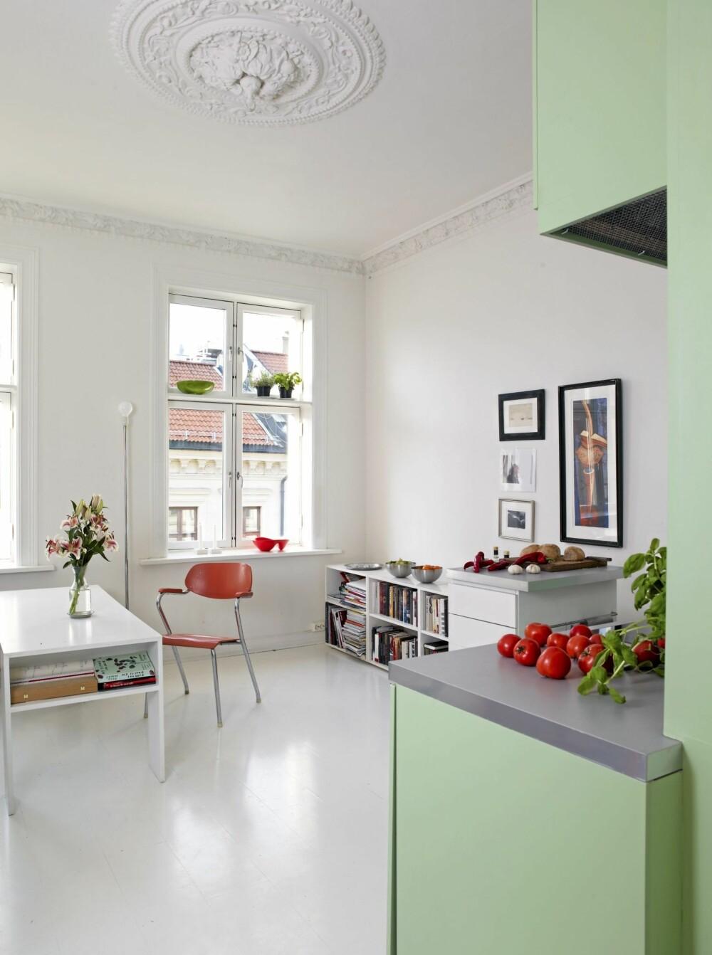 KJØKKEN OG STUE I ETT: Kjøkkenet gir stua særpreg og omvendt. Stuebordet brukes også som spisebord.