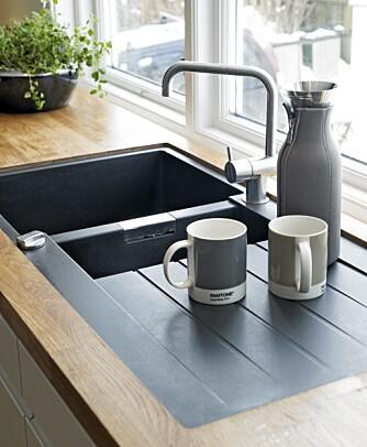 GÅR i SVART. Oppvaskkummen er svart og passer fint til tapet og flisevegg, fra HTH. Krus og termos fra Illums.