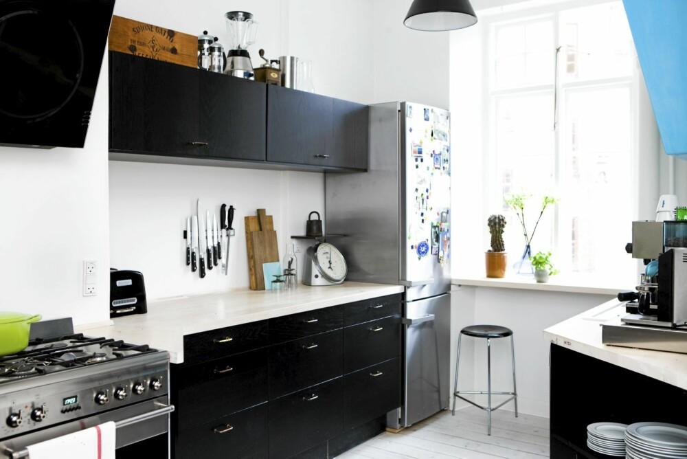 NYTT KJØKKEN: Kjøkkenet ble mer rommelig etter at vasken ble flyttet vekk fra vinduet, og kjøleskapet ble plassert i forlengelsen av kjøkkenbenken. Lampen er Louis Poulsens Værkstedspendel og barstolen designet av Arne Jacobsen er kjøpt på lauritz.com.