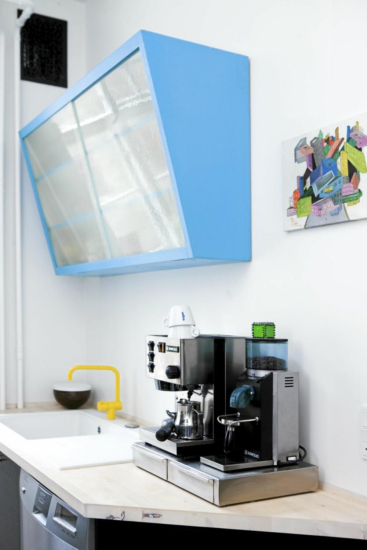TURKIS KJØKKENSKAP: Kjøkkenskapet er malt i turkis, inspirert av en Ikea-lampe. Vasken Fragranit er fra Franke, og Vola-armaturet er kjøpt på lavprisvvs.dk. Det lille kunstverket er kjøpt på et galleri i Malaga.