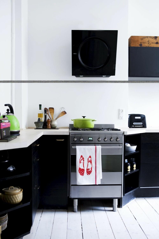 TILSKÅRET BENKEPLATE: For å unngå for mange kanter ble benkeplaten skåret sånn at kjøkkenet ble mer sammenhengende. Skapene og benkeplaten  i bøk er fra Ikea, gass-komfyren med pizzafunksjon fra Smeg. Kjøkken- viften Eico Mini Om fra lavpriskoekken.dk.