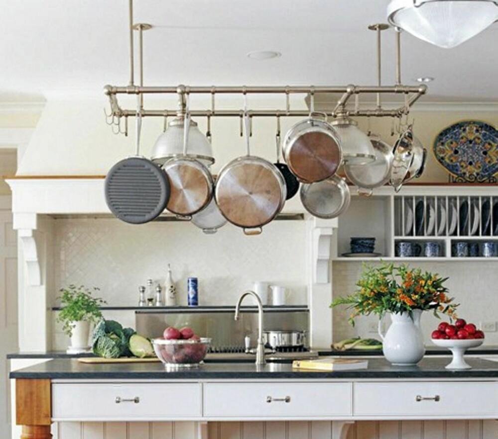 PRAKTISK OPPHENG: I tråd med at ting kan stå fremme på et landlig kjøkken kan også redskapene dine henge synlig. På den måten er de lett tilgjengelige og det gir et hjemmekoselig preg på kjøkkenet. Kjøkken fra Better Homes and Gardens
