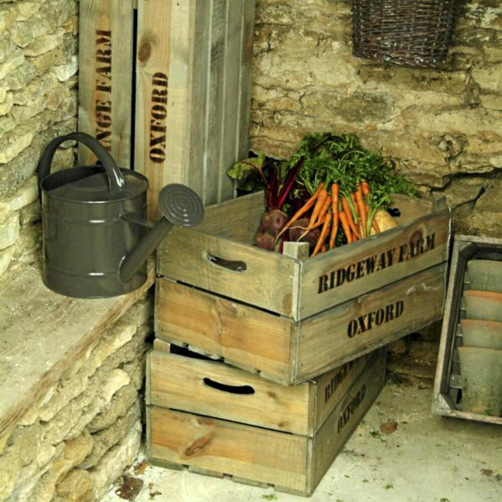 GAMLE FRUKTKASSER: Lagring er alltid et tema, både hjemme og på hytta. Da kan gamle fruktkasser komme til nytte, enten det er til frukt, kjøkkenartikler eller planter. Dekorative er de også. Fruktkasser fra I Gros Hage