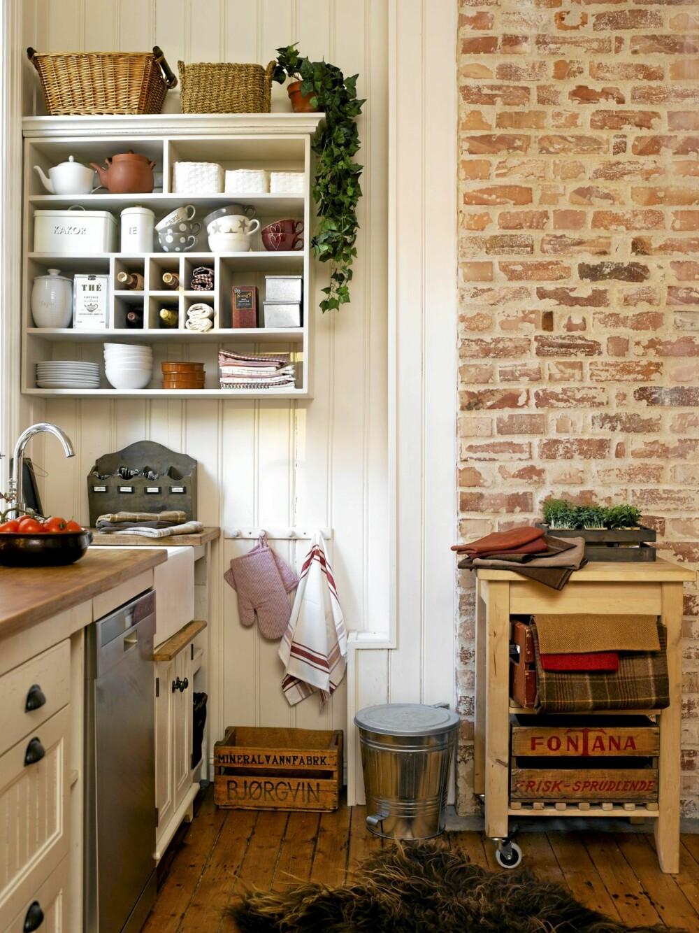 MURVEGG: En rød murvegg passer perfekt på et rustikt kjøkken og passer godt til røft treverk. Rødfargen kan hentes frem i detaljer og tekstiler. Stylet av Elin Scott