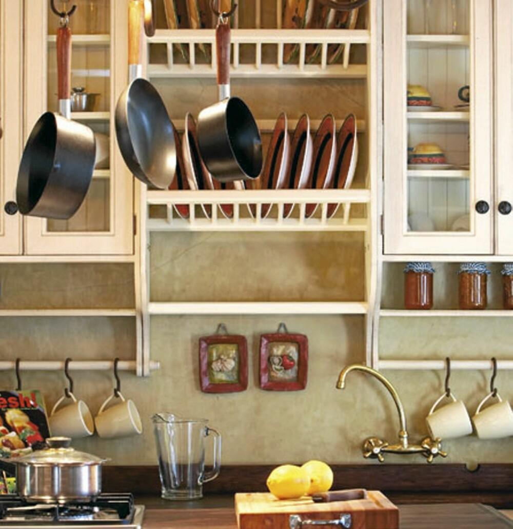 ÅPNE HYLLER: Åpne hyller kan være enkle og tilpasse, også der det er mindre plass. Dette kjøkkenet er fra P.J. Osborn design.