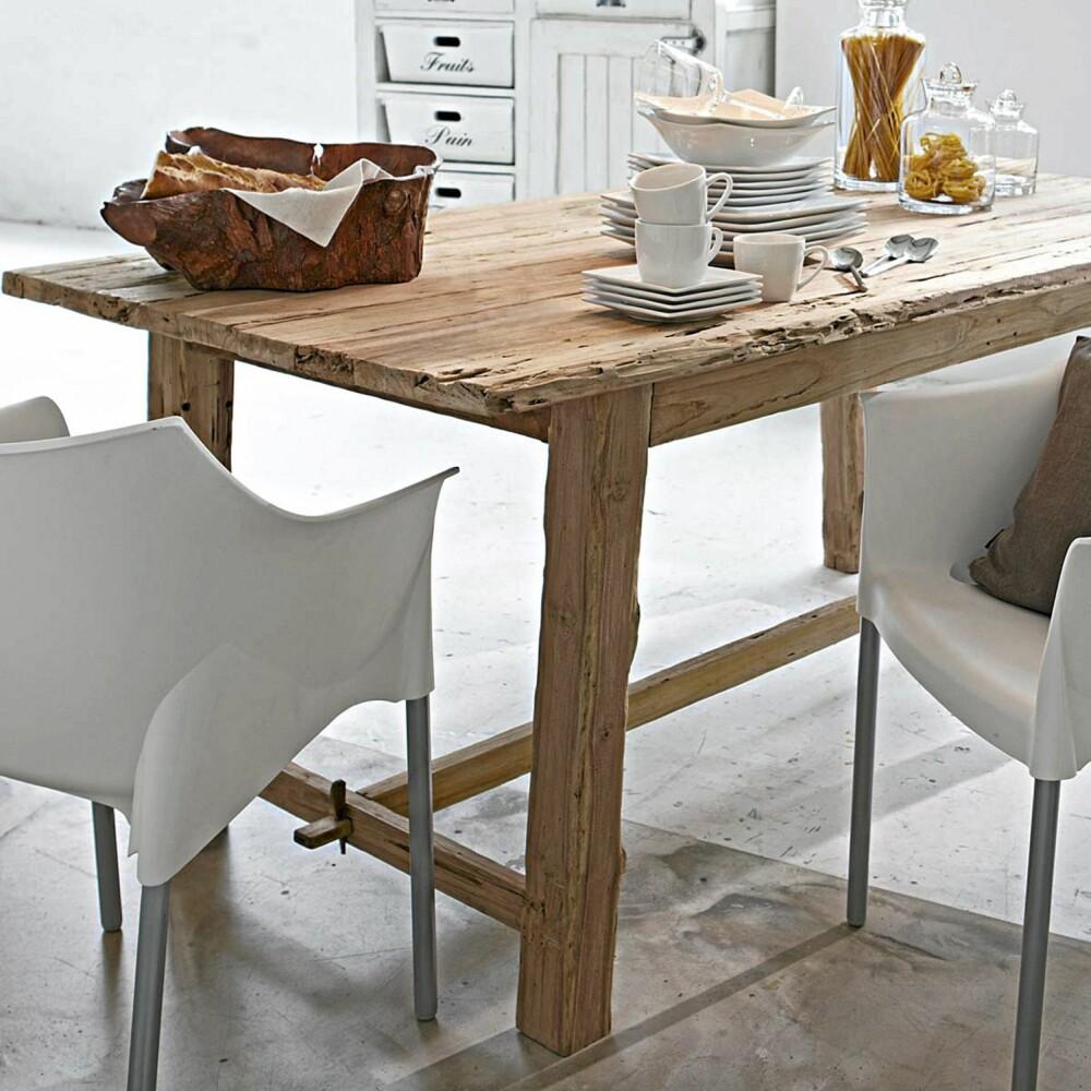 GROVT TREVERK: Gammelt og grovt treverk er sjarmerende og stilig i kombinasjon med hvitt og porselen.