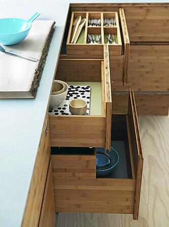 LYDLØS TREND: Takket være sofistikerte dempemekanismer kan man på mange nye kjøkkenmodeller åpne og lukke skuffer og skap uten å lage lyd, fra We do Wood.
