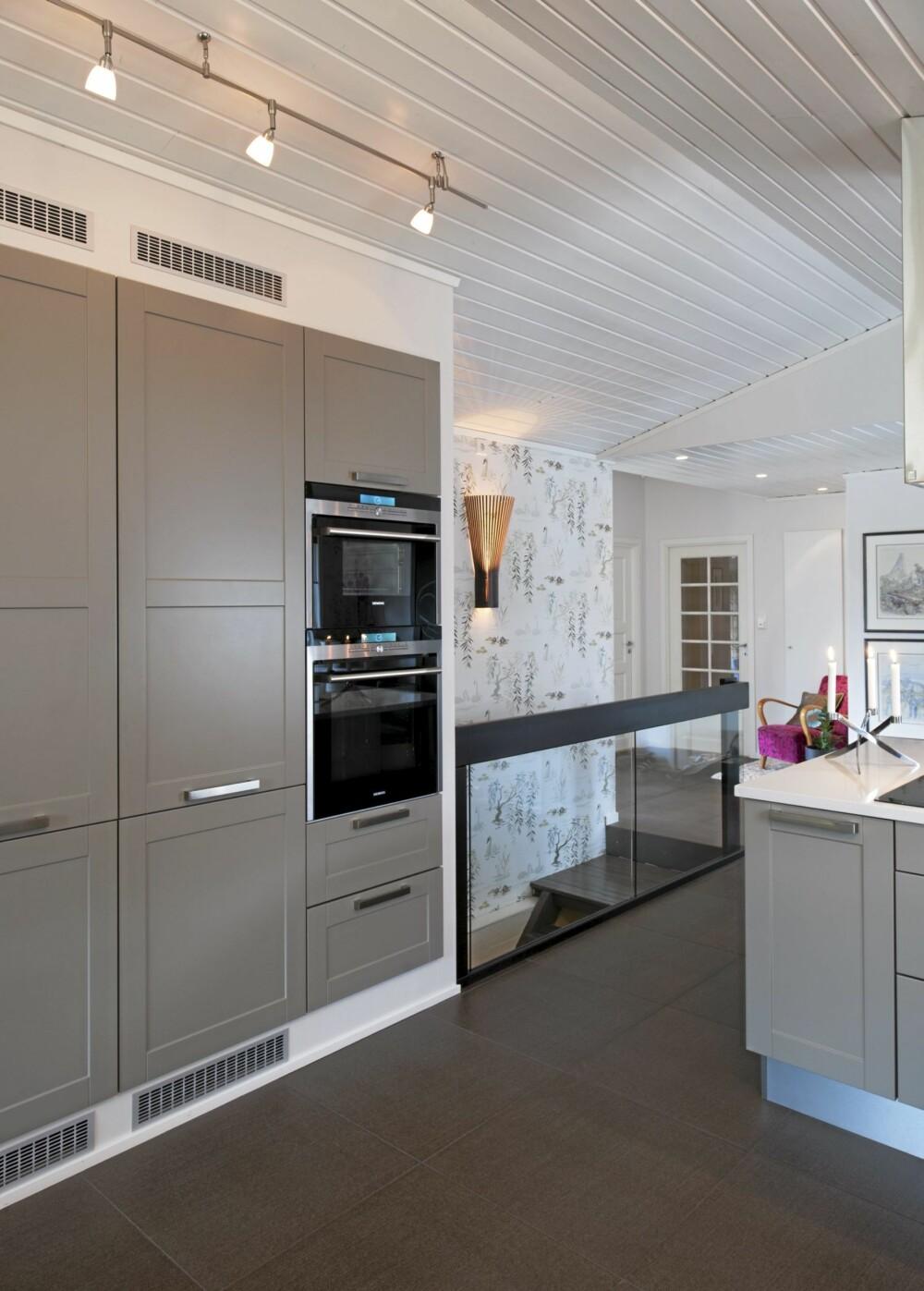 KJEMPEKJØL: Store kjøleskap og fryseskap er integrert i kjøkkenveggen på en stuevennlig måte.