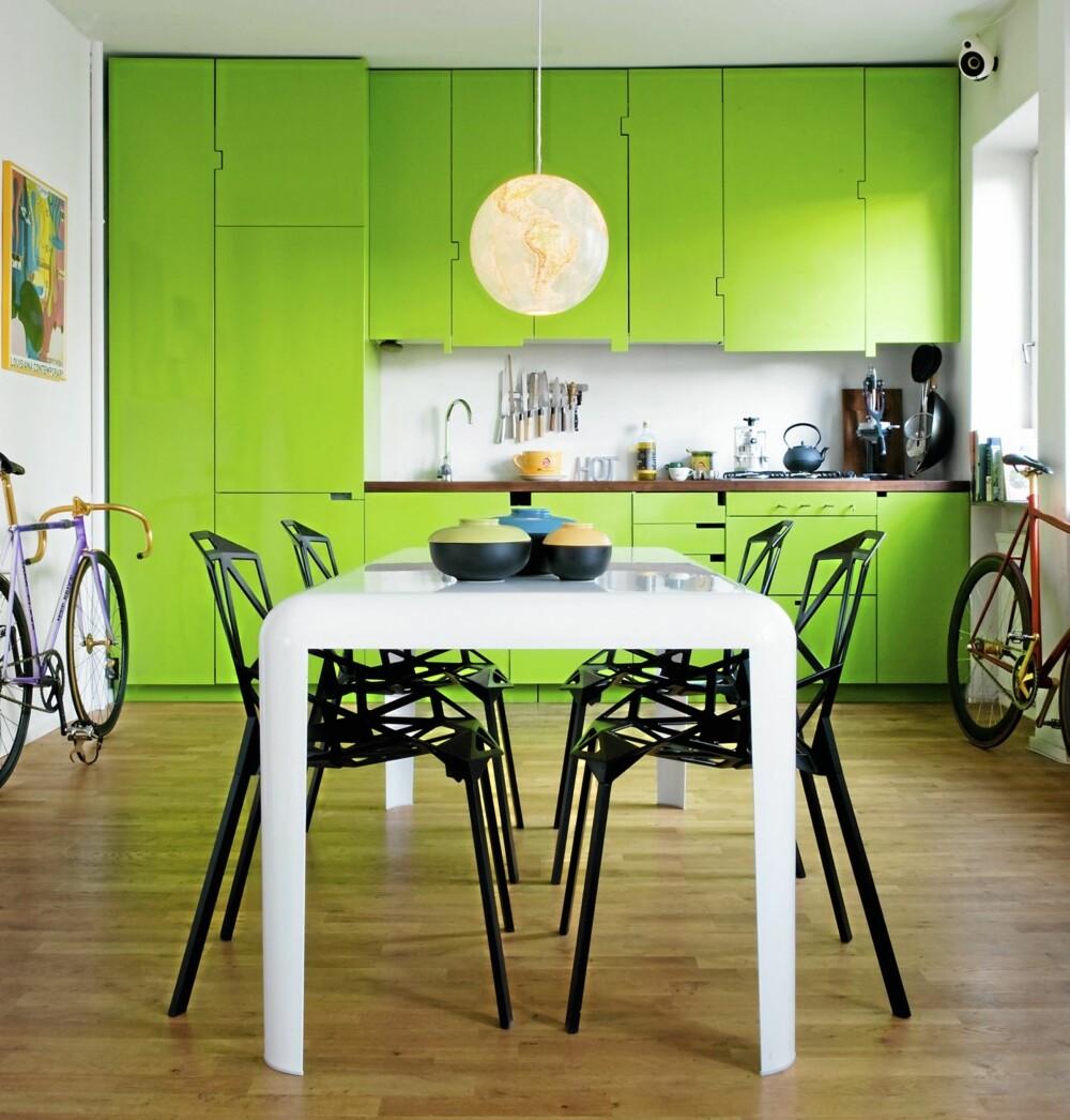 HARDT MØBLERT: Spisemøblene er i metall, og underbygger den røffe, urbane estetikken. Det hvitlakkerte spisebordet Ferro er fra Porro, mens Chair One er fra Magis. Den gamle globusen gjør en brukbar jobb som pendellampe.