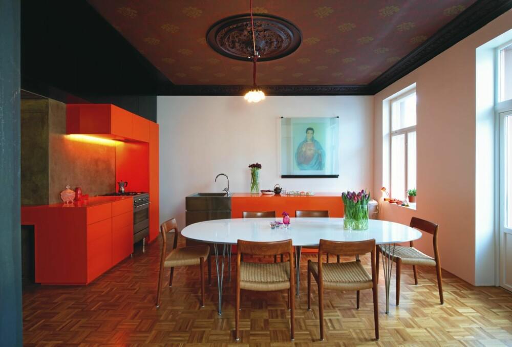 KULE KONTRASTER: Den mandarinfargete innredningen tegnet av beboerne er laget av mdf og Corian. Overskap av brune forskalingsplater. Veggen over arbeidsbenken er i brettskurt betong.