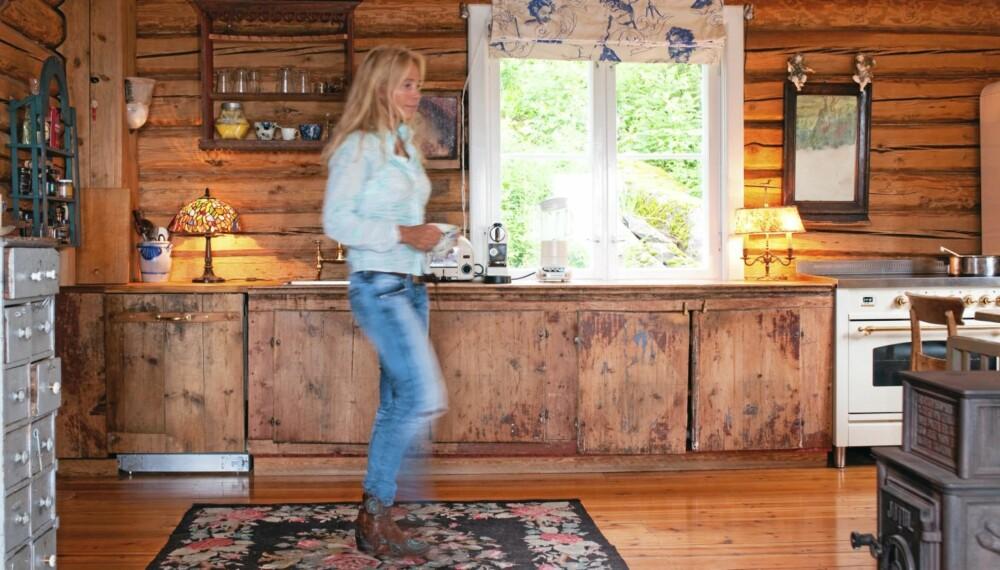NYTT KJØKKEN AV GAMLE MATERIALER: Kjøkkenfrontene er tilvirket av gamle bygningsdeler, og forsterker rommets allerede rustikke preg.