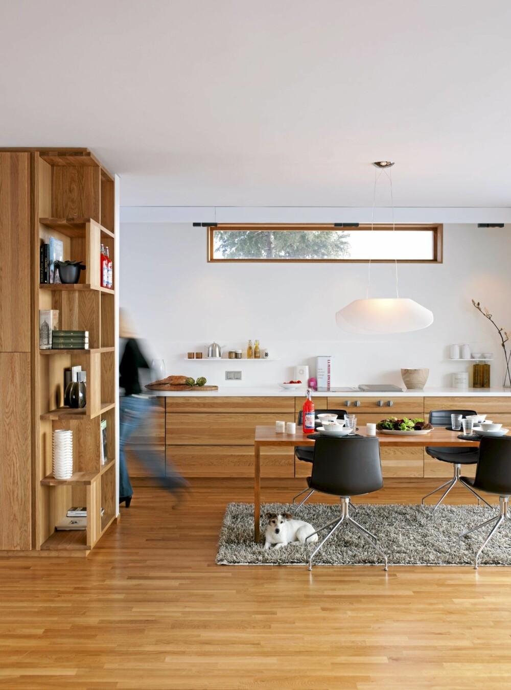RO I ROMMET: Kjøkkenbenken i eik og corian går fra vegg til vegg i det syv meter lange rommet. Det har skyvedører og utgang til veranda til høyre, rett utenfor bildekanten. Arper Catifa stoler og Kymo teppe. Carmen terrier. Dette er et interiør i balanse.