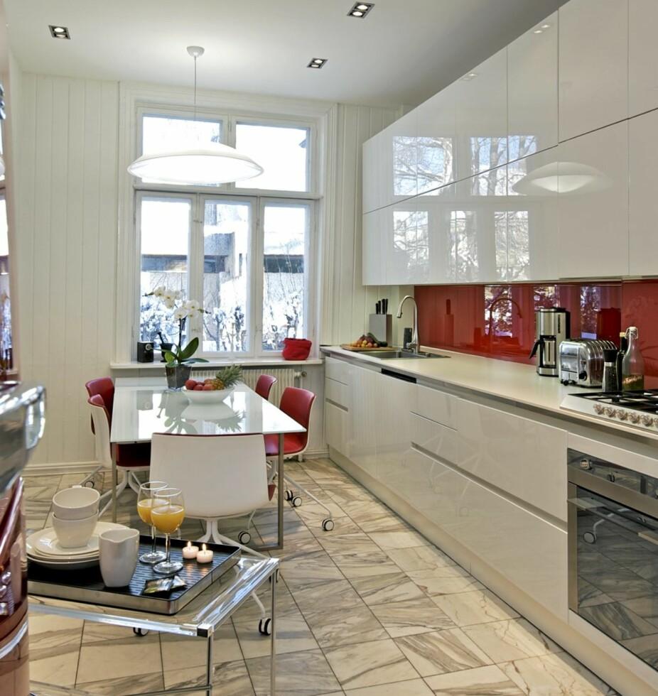 STOR ARBEIDSTREKANT: I dette kjøkkenet er avstanden mellom vask, komfyr og kjøleskap uvanlig stor.