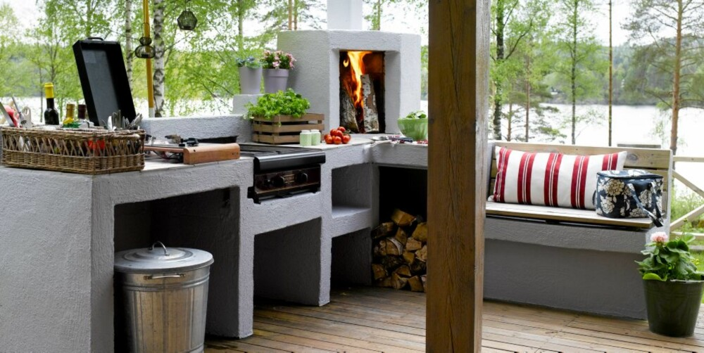 LAGET I LECA: Utekjøkkenet er bygd av hytteeier Jan Gunnar Berger, og materialet er Leca-klosser. Oppskriften fant han i et Leca-magasin. Det er blitt malt og lagt fliser på platen/arbeidsbenken. Kjøkkenet har kokeplate og grill som er tilkoblet gass, og en fin peis i hjørnet. Han har laget en liten benk på høyre side som er koselig å sitte på for en liten prat, mens kokken holder på. Flettet kurv med romdeler, kr 875, grønn skål kr 159, salt & pepper kr 79 pr. stk, trekasse til urter kr 100, alt fra Verket Interiør.