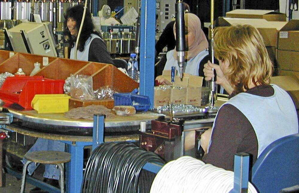 Fabrikken: Her , i en fabrikk utenfor Amsterdam, lages kaffetrakteren. Det meste skjer for hånd.