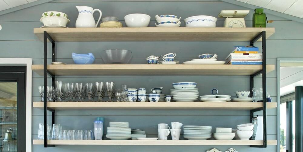 BLIKKFANG: Med de kraftige hylleplatene og jernknektene vekker kjøkkenets endevegg oppsikt. Alt som står på hyllene er i bruk daglig.