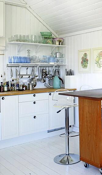 PLASSUTNYTTELSE: Med enkle hyller og knekter fra Ikea har det blitt plass under skråtaket.