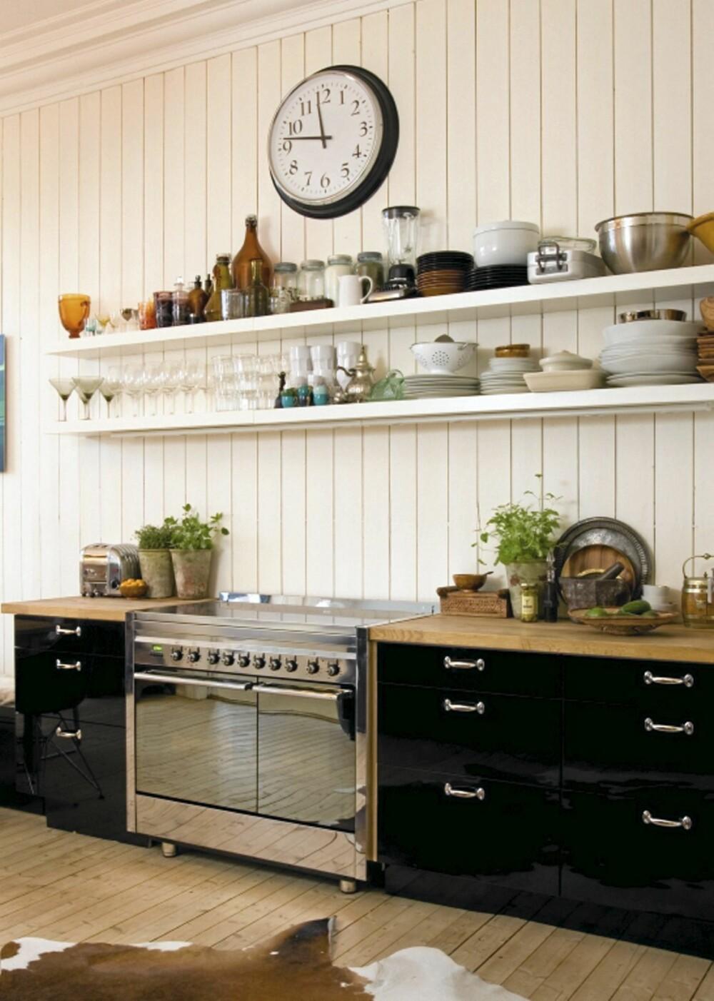 OVERSIKT: De lange hyllene som løper parallelt med kjøkkenbenkens lengde gir mye plass og god oversikt.