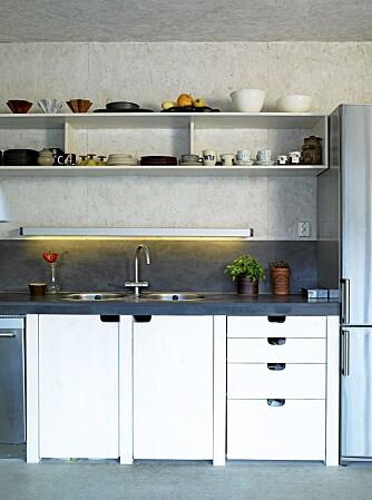 LIVGIVENDE: I et spartansk kjøkken forteller hyllene at kjøkkenet er i bruk.