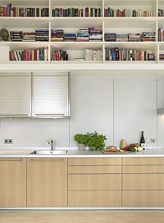 KJØKKENBIBLIOTEK: En god bok å lese i når steken står i ovnen, eller oppskriften på couscous? Lett tilgjengelig med bøker på kjøkkenet.