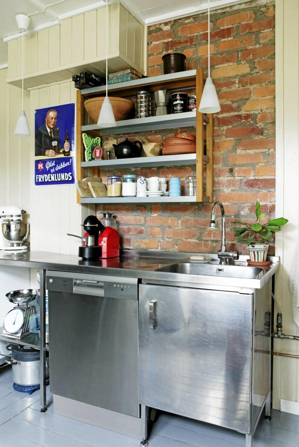 LITEN PLASS: På et kjøkken med liten plass kan en slik hylle bli redningen.
