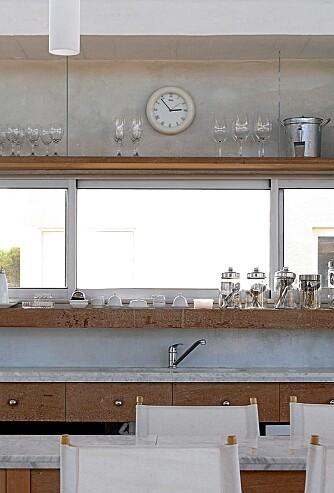 INNRAMMING: Her danner hyllene en ramme rundy vinduet.