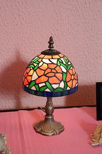 LAMPE: Familien har ikke lamper i taket, men veggfargen tas opp igjen i bordlampene.