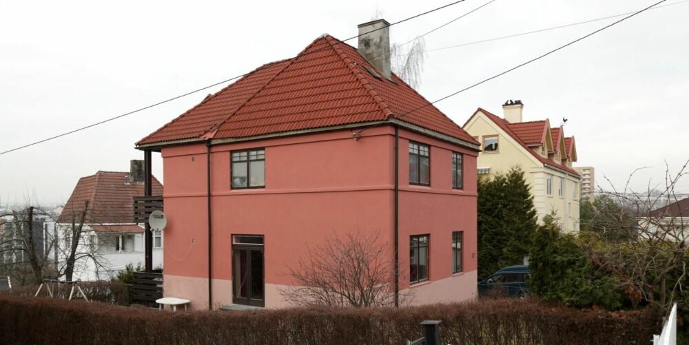 FRA GULT TIL..?:Da huset ble malt fra gult til rosa (rødt?) for tre år siden, var det Kjersti som plukket ut fargeprøvene og Roger som valgte blant dem.