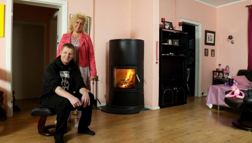 SVART OG ROSA: Roger Vilslund og Kjersti Bråthen Vilslund har bodd i huset i alle de 26 årene de har vært gift. Stuen er som dem: Svart og rosa.