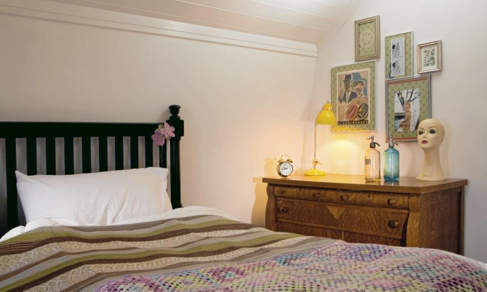FRA INN- OG UTLAND: To sengetepper er lekkert på sengen. Det største er fra Kid, mens Tove har heklet det lille selv. Både skjenk og seng er fra USA. Det er praktisk med to vasker når man er mange i en familie. Vaskene er fra Pozzi-Ginori, buddhafigurene er fra Indiska.