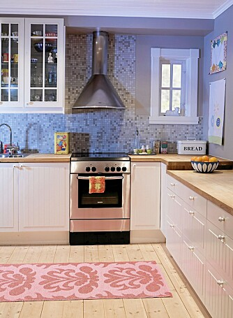 TIL TAKET: Kjøkkeninnredningen er fra Ikea. Se hvor stilig det er å legge mosaikkflisene helt opp til taket!