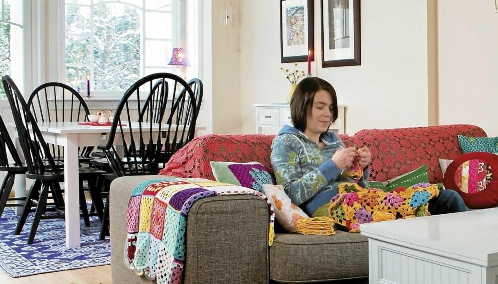 KREATIVT KAOS: Stua til Tove Michelle og familien er fargesprakende, men avslappet i stilen. Det meste er bruktfunn. Spisebordet og stolene er blant Tove Michelles møbelfavoritter. De er kjøpt i USA og ble med i en container hjem. Det lilla teppet er fra House Doctor.