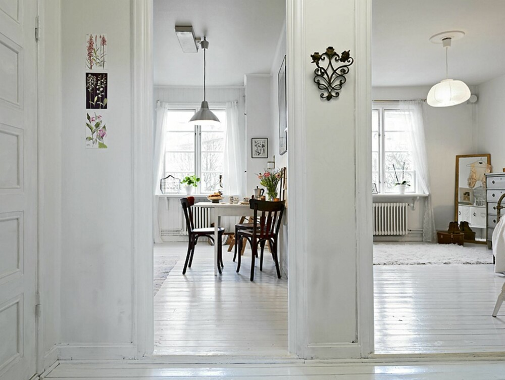 HVITMALT: Gulv, vegger og tak er hvite, noe som gjør at leiligheten virker større