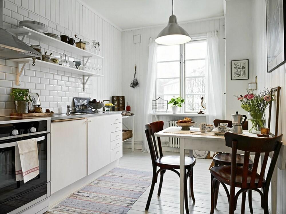 LUFTIG: De åpne hyllene gir kjøkkenet et luftig og åpent preg