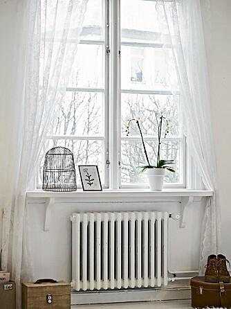 BLONDEGARDINER: De store vinduene slipper inn godt med lys og rammes inn av nette blondegardiner som står i stil til det landlige uttrykket